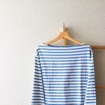 実際に洋服を掛けてフィット感を確認してみてください。軽くゆすっても洋服がズレないようであればOKです。