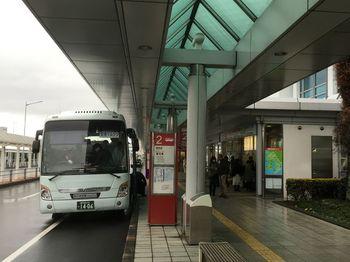 桜島へ行く時も、鹿児島一の繁華街・天文館へ行く時も。観光の移動・乗換で、拠点にしやすいのは『鹿児島中央駅』です。  そこで今回スタート地点は『鹿児島中央駅』に設定します。  飛行機で『鹿児島空港』に着く方は、このように、リムジンバスで『鹿児島中央駅』に移動してくださいね。