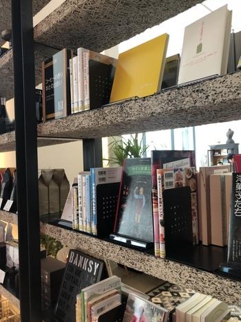 館内には約4万冊の蔵書や雑誌などを揃える図書スペース「札幌市図書・情報館」が併設。その本を持ち込んで読むことができるほか、店内にも、「図書・情報館」の司書がセレクトした本が多く並んでいます。アートや食、札幌の観光などテーマはさまざま。