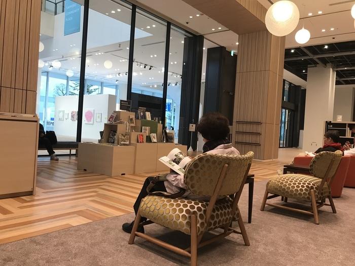 観光・ビジネスで活気にあふれた街中で、珈琲を片手に語らうことも、ひとり静かに本と向き合うこともできる貴重なスポット。