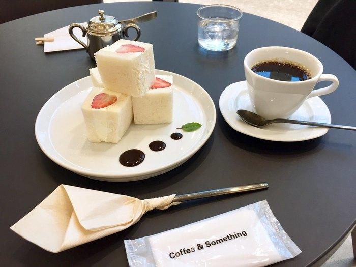 カフェとしての魅力も、もちろん森彦ならでは!ぜひ味わっていただきたいのが、アート作品みたいな、このフルーツサンド。たっぷりの生クリームと香り高い珈琲がベストマッチングです。
