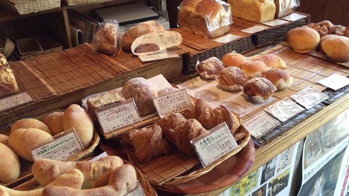 パンは自家製酵母仕込み。40種類以上のレパートリーの中から、毎日30種類以上のパンがお店に並びます。食事に合わせたいシンプルなパンのほか、おやつに食べたい甘いパンや、有機野菜を使った「ごぼうバケット」など、「おかずパン」のバリエーションも魅力です。