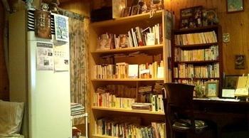 書棚いっぱいに並んだ詩集や本。イートインスペースではネルドリップのコーヒーとともに、心もおなかもほっと満たされる時間を過ごせます。店内では雑貨の販売や、詩の朗読会といったイベントが行われることも。