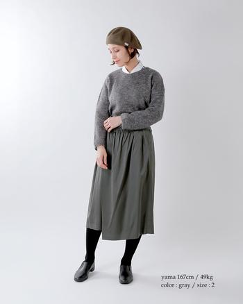 あえてグレーのワントーンで統一した上級者コーデ。柔らかな素材感のシャツが女性らしくて素敵ですね。