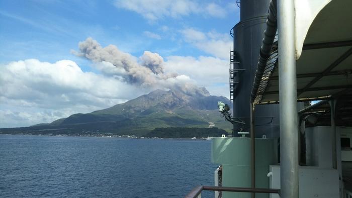 桜島に上陸してその土地の魅力をしっかり体感するのも良いですが、船から間近に眺める桜島の景色もまた、圧巻の素晴らしさ。現在も噴火活動が続けているだけあって、ダイナミックな自然のパワーが伝わってきますよ。