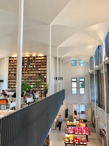 建築家の安藤忠雄氏がデザインを手がけた館内は、吹き抜けを活かした開放的なつくり。1階はお土産品やテイクアウトのソフトクリームなどを扱うショップ、2階がカフェスペースになっています。