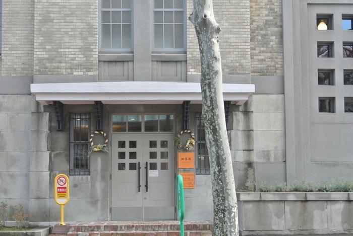 緑豊かな大通公園から、1本だけ北へ入った北1条通。オフィスビルが並ぶ中にたたずむ、威風堂々とした古い建物があります。大正15年に建てられた「北海道庁立図書館」をリノベーションして生まれたのが、北菓楼 札幌本館です。