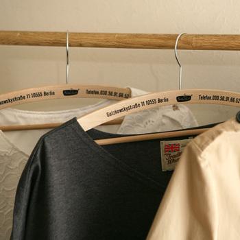 ハンガーに求められる役割は、まさにその「形を保つ」という部分。しかも、ハンガーは人が着るよりもうんと長く洋服を吊るすことになります。だからこそ、いい加減なもので間に合わせず、正しく選ぶことが大切になるのです。