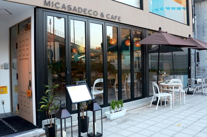 JR難波駅からおよそ徒歩5分の場所にある、パンケーキが人気の「Micasadeco&Cafe(ミカサデコアンドカフェ)」。 友達同士で旅行の計画を語らうもよし、一人でゆったり読書するもよし、いろいろなシーンでリラックスしながら楽しめるのが魅力のカフェです。