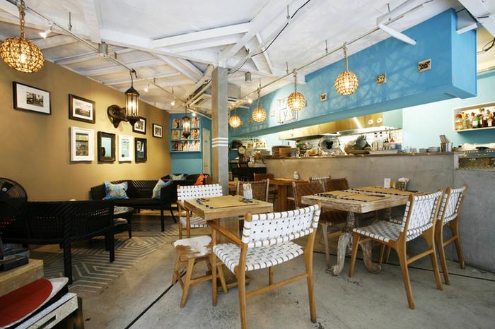 店内はブルーを基調にしたお洒落でオリエンタルな雰囲気が漂い、地中海をも思わせる素敵な空間。軽快でテンポの良いBGMも加わり、非日常を楽しむことができます。またオープンキッチンから漂う美味しそうな香りも食欲が増しますね♪