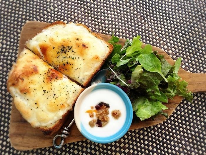 土日限定でブランチメニューもあり、こちらはその中のひとつ「クロックムッシュ」。グリーンサラダとヨーグルトもついているのが嬉しいですね。ランチメニューも豊富なので、いつ行っても楽しめるおすすめのカフェです。