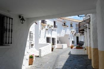 スペイン人デザイナーによって設計された街並みは、細部にまでこだわりがあって、ロマンチックな気分に。お気に入りのスポットを探しながらお散歩するのも楽しそうですね。