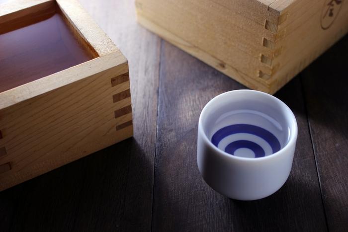 日本酒は種類によって合うお鍋が変わってきます。女性でも飲みやすい吟醸酒や大吟醸は、水炊きやしゃぶしゃぶなどのさっぱりしたお鍋がおすすめ。また、みずみずしい本醸造酒にはすき焼きなどの濃い味のお鍋と相性が良いです。