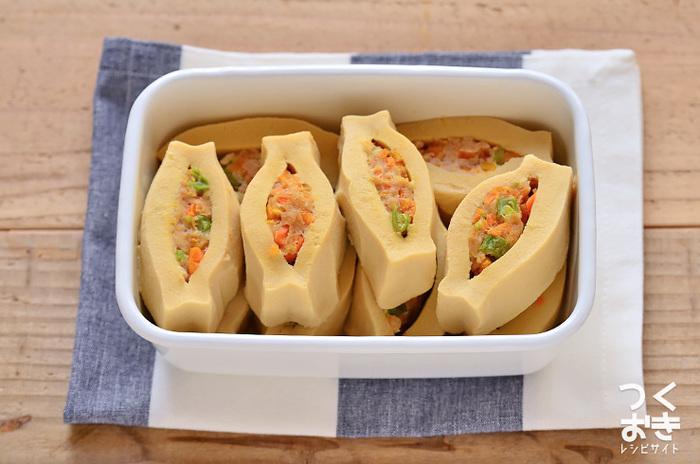 にんじんといんげん入りの肉だねを、高野豆腐に詰めて煮込んだ一品。だしの効いたやさしい味わいです。 ヘルシーだけど、ボリュームがあるのもうれしい♪メイン料理にもお弁当のおかずにもなります。