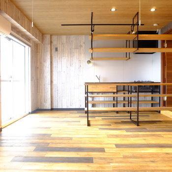 男前インテリアやインダストリアルが好きなら、木の質感に黒のアイアンを揃えて。 雑貨の雰囲気にばらつきがあっても、家具や床・壁に基本の要素でそろえれば統一感が生まれるはず。