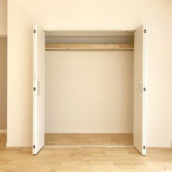 ひとり暮らしのお部屋で気がかりなのは、なんといっても収納。「できるだけ収納の大きい部屋がいい!」というのもごもっとも。でもそれだけじゃなく、ちょっとした工夫や手づくりで、限られた空間の「収納力」をぐっと上げることができるんです。