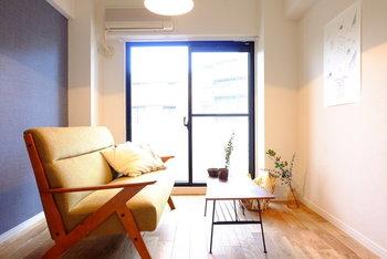 一人暮らしの部屋に置きたい憧れの家具といえば「ソファ」。部屋の中で圧迫感を感じないよう、木質感があって軽やかな印象のもの、明るめの色のものなどを選ぶといいかも。テーブルを食卓としても使いたい!というときは、座面とテーブルの高さの関係も気にして選ぶといいですよ。