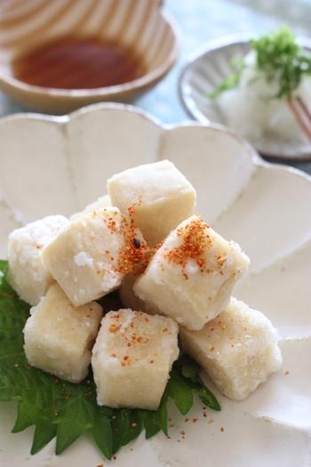 高野豆腐を使用した、揚げ出し豆腐です。 お好みでめんつゆに付けて食べます。揚げ出し豆腐の中はしっとり、外はカリカリとした食感を楽しむことができます。