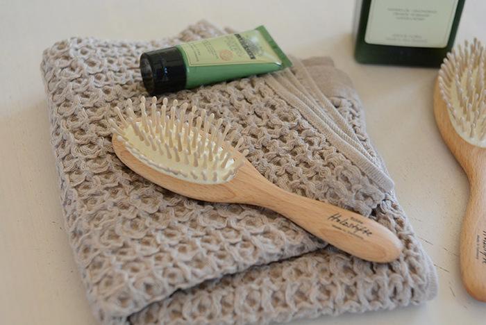 髪が乾いているうちにブラッシングをし、頭皮の余分な皮脂を浮かび上がらせます。そうすることで、頭皮にお湯の通り道をつくることができます。絡まっている毛は、無理に引っ張ったりせず、優しくときほぐしていきましょう。