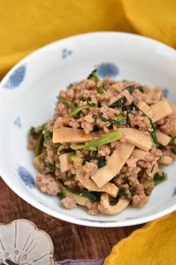 高野豆腐に、他の食材の旨味が染み込んで美味しく頂ける一品です。ニラを使用していて、彩りも良いですね。  甘辛い味付けで、ご飯も進みます。高野豆腐はさっと炒めるだけで、他の食材を加えるようにするのがポイントです。冷蔵保存で2日ほど持つので作り置きにも◎