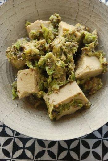 味噌とふきのとうでシンプルな味付けに。  高野豆腐はさっと水をかけるだけで、戻さなくてもOK。材料も少ないので手軽に作れます。だし汁などが染み込み、ふんわりとした高野豆腐が美味。ご飯にもお酒にも合う一品です。