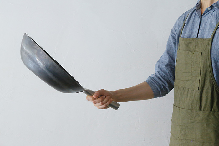 鉄鍋の焦げ付きは落としにくいもの。強火でから焼きして、焦げがぽろぽろとはがれてくるまで根気よく加熱しましょう。その後で、フライ返しなどで、焦げをこそぎ落としましょう。
