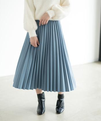 スカートは、アイロン台に被せるように乗せ、スカートを回してずらしながらアイロンをかけると楽に作業出来ます。プリーツを手で整えながら、押さえがけしていきましょう。