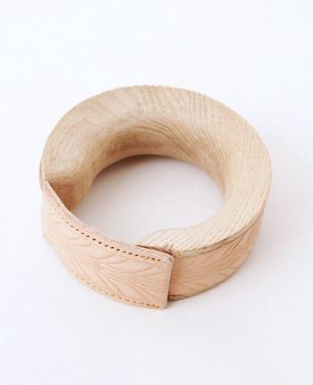 また、こちらのブレスレットには、タモ材という北欧家具等に多く用いられるナチュラルな風合いが魅力の木材を使用しています。経年変化によって革と木材がどのように変化していくのか、身に着ける方によって表情が変わっていくブレスレットです。