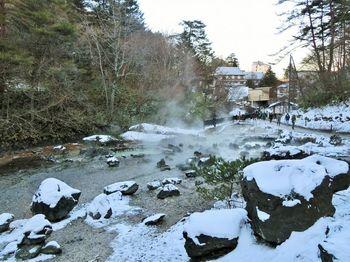 湯畑と共に、草津温泉の観光スポットとなっているのが西の河原(さいのかわら)。温泉が川となって流れており、露天風呂や足湯もあります。 その西の河原、湯畑の両方に徒歩3分で行くことができるのが「望雲」です。