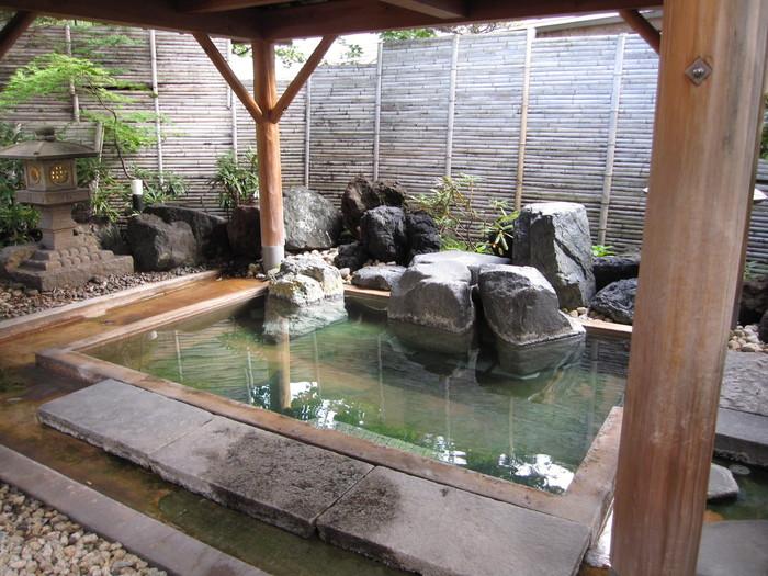 露天風呂を含めお風呂は3種類あり、源泉は西の河原と万代鉱の2種類。肌への当たりが優しい西の河原のお湯と、マグマに近い源泉で殺菌・抗炎症作用のある万代鉱のお湯を比べてみるのも楽しいですね。