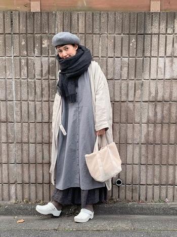 ふんわりとした重ね着コーディネートの首元にストールをボリューム感たっぷりに巻いています。ボアのバッグも合わせたことで、とても暖かそうな印象です。