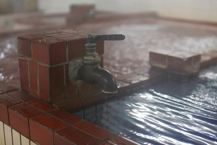 次に、水風呂でかけ湯をします。足先から徐々にかけていき身体が慣れたら1分ほど浸かりましょう。湯船に5分、水風呂に1分を2~3回繰り返して終了です。