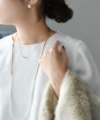 繊細な印象のネックレスに、パールをあしらったロング丈のネックレスを合わせたコーディネート。重ね付けのバランスも◎で華やかさもアップ!パールを使ったコーディネートはオケージョンシーンにもぴったりですね。