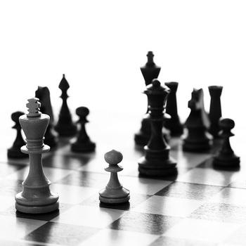 アリョーヒンは、実際に存在した棋士で、美しいプレイのスタイルから「盤上の詩人」と呼ばれていました。また、猫を抱いてチェスをしている写真も残されています。