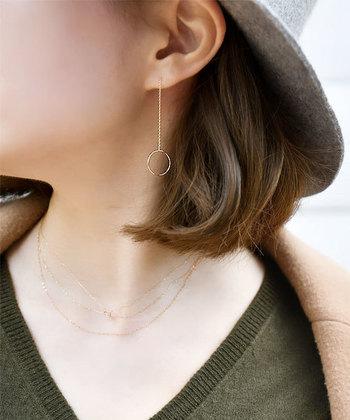 一粒ダイヤのきらめきが美しいネックレスを、繊細な印象のシンプルなチェーンネックレスに重ね付け。首元が深めに開いた洋服なので、ネックレスの重ね付けが良く映えますね。