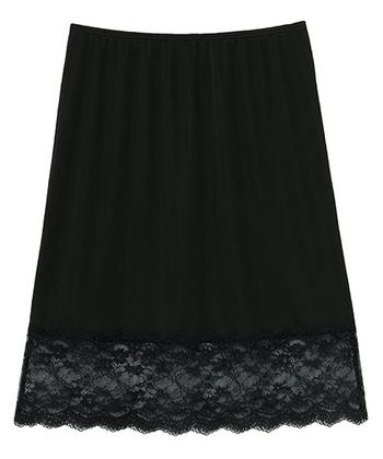 こちらはスカートタイプのペチコート。しっかり丈があるので、ロングスカートの時におすすめな1枚なんです。オールシーズン使える万能選手。