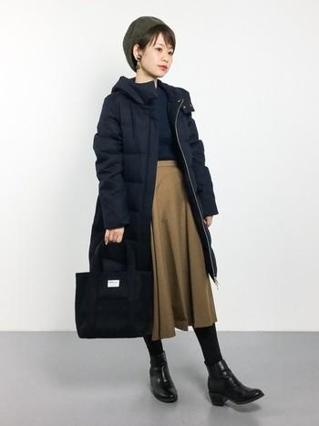 ブラックコーデに、ベージュのミモレスカートを差し色にした大人上品なコーデ。きちんと感あふれるスタイリングは、お仕事シーンでも活躍してくれそうです。