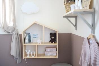 取り付けるだけでお部屋にぱっと可愛らしさが加わるIKEAのアイテム「FLISAT(フリサット)」。ドールハウス型のウォールシェルフです。取り付けたあとは、自由に好きなおもちゃなどを収納していくだけ。お子様と一緒に行うのも良いでしょう♪