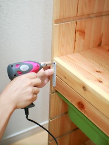 棚をつないで固定するなど、自由にDIYアレンジを加えてもOK。高さがある棚には転倒防止アイテムなどを使い、安全性も意識してみましょう。