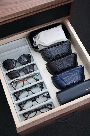 無印のアクリルケース用のベロア内箱は眼鏡にぴったりサイズで、まるでお店のように美しく無駄のない収納が実現します。