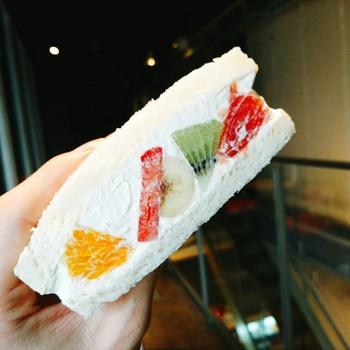 たっぷりのクリームに大きくカットされたフルーツが色鮮やか。口当たりなめらかなパンも美味しさを際立たせています。