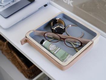 革のベルトを使ったデザイン性の高いトレイは、きちんと感のある雰囲気を醸し出すことができます。パソコンの近くで眼鏡を使いたい人は、パソコンのすぐ横を眼鏡の定位置にしておくと、使いやすいですね。