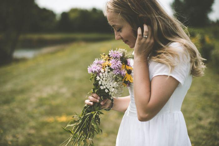 花の良い香りに包まれると、気持ちが安らぐことがありますよね。心地良い香りを嗅いだとき、私たちはその香りが「何の香りか」という理屈は抜きにして気持ちが安らぎます。これは、嗅覚が視覚や聴覚と違って本能に直接作用するからなのだとか。