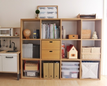無印の収納アイテム「スタッキングシェルフ」は、縦にも横にも自由に組み合わせて使えるところが特徴です。同じサイズの棚を組み合わせるので、見た目のバランスも自然と整います。