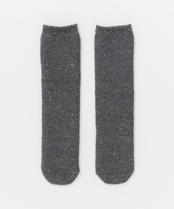 シルクのパイル糸で作られたこちらの靴下は、なんとリバーシブル仕様。表と裏で表情が異なるので、気分によって変えることができます。 温かく、それでいてムレ感が少ないので、お出かけ時もおうちでも快適に履けます。