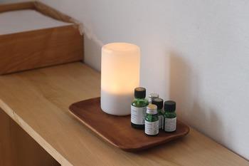 ベッドに入る前、朝起きたときなど、お部屋の中いっぱいにお気に入りの香りを漂わせたい方はディフュザーがおすすめです。あたたかい灯りがともるタイプなら、視覚的にも穏やかな気持ちに。