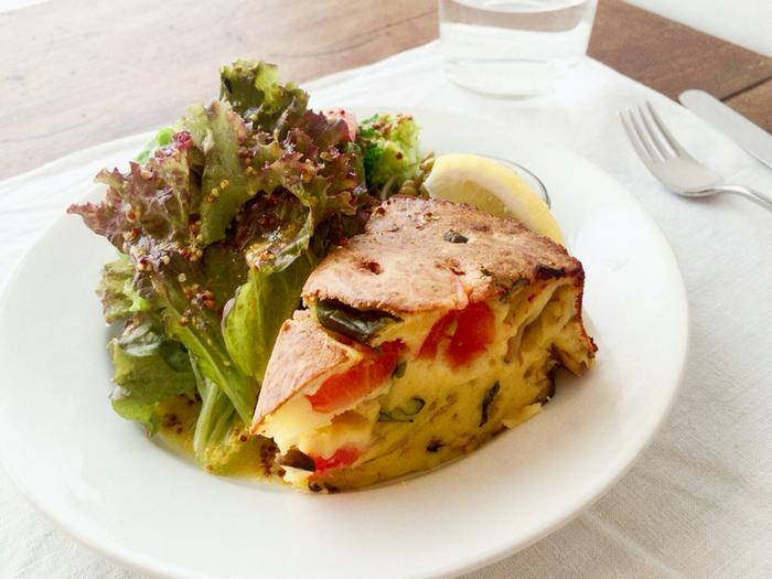 フランスを中心としたシンプルな洋菓子や料理を提供する「filtopierre(フィルトピエール )」。こちらでは、ミニサラダ付きのケークサレのほか、お食事のセットメニューのメインとしても選ぶことができます。香ばしくカリカリに焼き上げた外側の食感が特徴です。