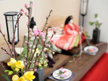 3月3日は「桃の節句」と呼ばれ、雛人形を飾って女の子の健やかな成長を願う行事ですが、実は、この節句が行われ始めた頃は、節句とされる日は3月3日ばかりではなく、別の名前で呼ばれていました。