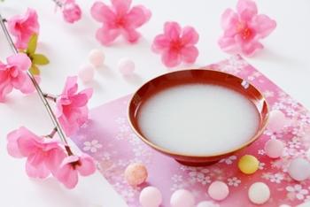 ひな祭りの歌に出てくる「白酒」は、アルコール発酵させた本物のお酒です。これはかつての上巳の節句の名残で、長寿の象徴の桃の花を浸した「桃花酒(とうかしゅ)」を飲んでいだ風習から生まれた、江戸時代のヒット商品。女性に飲みやすい白酒を桃の節句に飲んで厄払いしよう、という事で大人気だったそうです。