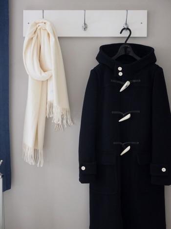 【ダッフルコート】 ポリエステル素材、羊毛、アクリル素材などが使われています。自宅で洗えるか洗濯表示をよく確認しましょう。ダッフルの特徴であるボタンを傷つけないように、手洗いするのがおすすめです。  【ピーコート】 厚手の生地が特徴で、アクリル素材や羊毛、ポリエステル素材など様々な素材が混合しているものが多いです。洗濯表示をよく確認しましょう。型崩れしやすいので、ぜひ手洗いで。